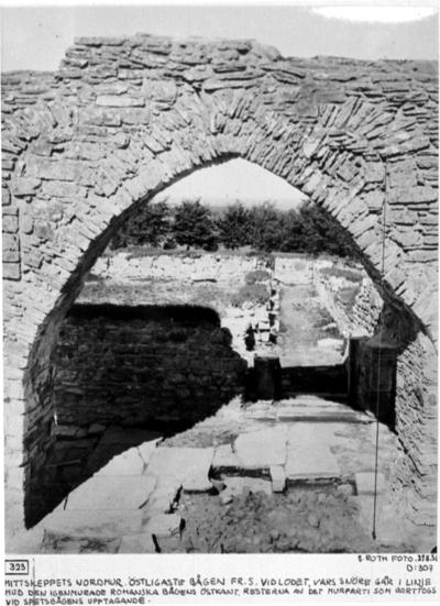 Mittskeppets nordmur. Östligaste bågen från söder. Vid lodet, vars snöre går i linje med den igenmurade romanska bågens östkant, resterna av det murparti som borttogs vid spetsbågens upptagande.