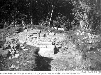 Yttersidan av klosterkyrkans östmur mot väster. Från första schaktet. Till v. vid pilarna överkanten av muren mellan södra och mittkoret.