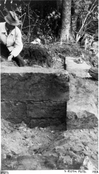 Södra koret nordöstra hörnet, från söder, under utgrävning. Nordmuren, östra muren. Till höger. Obs. förtagningen!