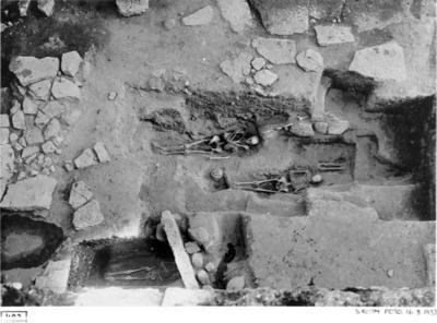 Partiet väster om lekmannaaltaret efter 1933 års utgrävning. Grav 9 och grav 10, kisthällar och rest sten.