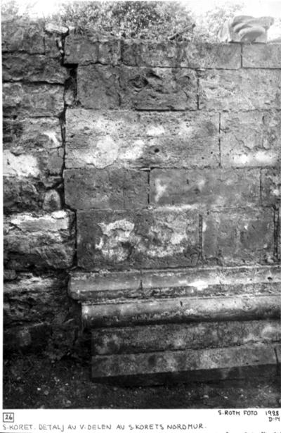 Södra koret detalj av västra delen av södra korets nordmur. Uppe till höger kvarliggande konsolsten. Kvadermuren tar i den äldre avrivna, med upplag?