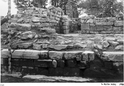 Klosterkyrkans östmur från ö. Mot mittkorets nordmur. Avvägningsstången placerad å 0-punkten nö. kapellet - sakristian. Dörröppning till n. koret.