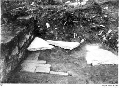Södra koret mot väster. Södra muren. De två största delarna av den i södra koret funna gravstenen som de påträffades.