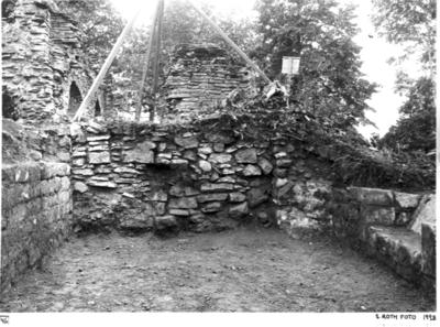 Norra koret från öster. Till vänster norra korets södra mur, tll häger norra muren med fönsternisch.