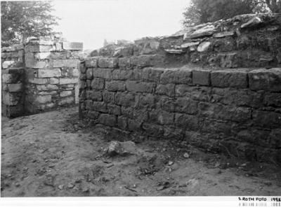 Norra koret från nordväst. Klack till höger om dörröppningen till nordöstra kapellet = sakristian. Ingång till  mittkoret, norra korets sydmur.