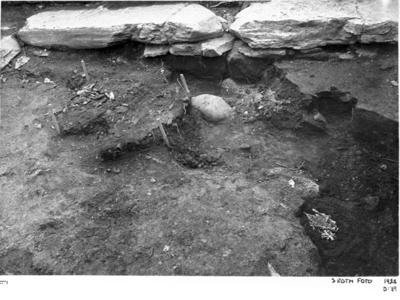 Nordöstra kapellet från väster. I fonden stenar vid östra muren, där framför trägolv II nederst till höger.