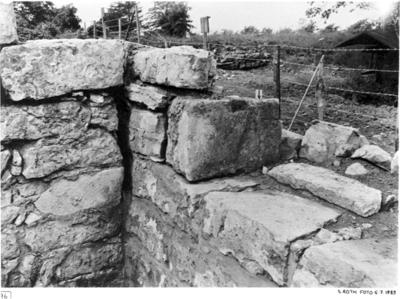 Nordöstkapellet. Nordvästhörnet med spår av nisch i muren. Vid pilen märke efter nischens nordvägg.