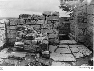 Norra koret. Muren mellan nordöstra kapellet och norra koret från väster. Norra korets östligaste altare.