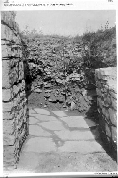 N.sidoskeppets västligaste travé från söder under utgrävning. Vid meterstången 0,7 m. över golvet ett brandlager.