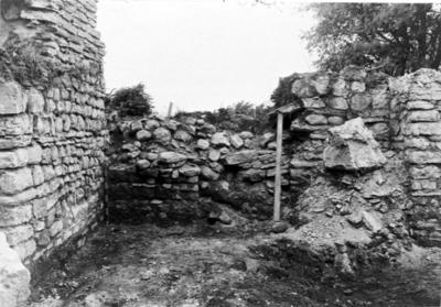 Kyrkan norra korsarmen. Foto mot norr nedrasat valv. Dörröppningen till kapitelsalen igenrasad. Även ett nedrasat valv.