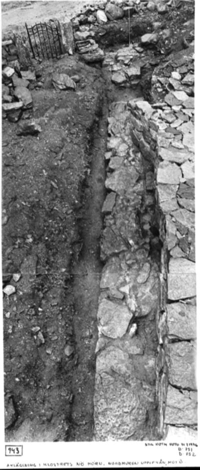 Anläggning i klostrets Nordöst hörn. Nordmuren uppifrån, mot ö. T.v. Kyrkogårdsgrinden. T.h. nyuppförd kyrkogårdsmur (sedermera borttagen).
