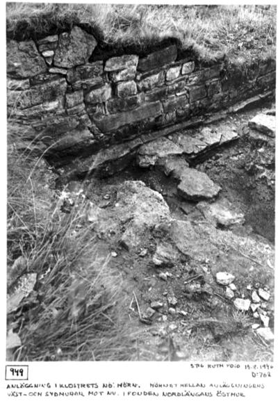 Anläggning i klostrets nordost. hörn. Hörnet mellan anläggningens väst- och sydmurar mot nordväst I fonden nordlängans östmur.