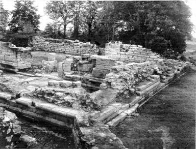 Kyrkan. Koret just framgrävt. Foto mot nordväst. (Gammal mur griper in i kyrkans sydöstra hörn )