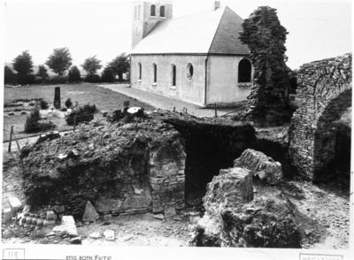 Kyrkan. Långhusets västra del under utgrävning. Delar av nedrasad arkadbåge. Foto mot nordväst.