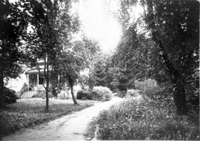 Mössebergsparken. I parken finns många villor, ofta med mycket
