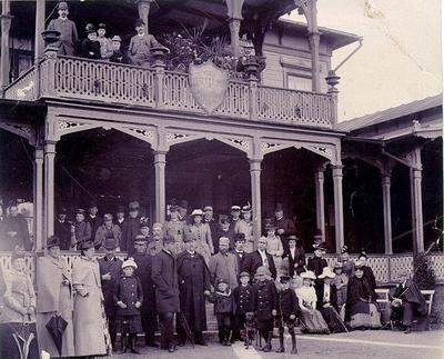 Badgäster vid Mössebergs kallvattenkuranstalt 1892. 1. Vingrosshandl. Ygberg, 2. fru Ygberg, 3. unge Ygberg, 4. tandl. Gotthard Dahlén, 5. skådespelare Sahnson, 6. fru Hammer, K.-bhm, 7. frk. Hammer, K.-bhm, 8. frk. Maria Torstensson (dr Torstenssons dotter),9. pastor Bergfelt, Göteborg, 10. fru Nordström, 11. frkn. Nordström, 12. dr Jungmarker (då underläkare där), 13. apot. Nils Asklöf, 14. lektor Hjältström, 15. Ella Hageens, 16, fru Fleischer fa Bergen, 17. frkn Margaretha Flescher, 18. konsulatsekr. Enhörning. Doktorinna Allard f. Diden?