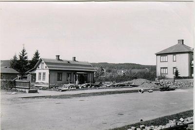 Kv. Oden. Odengatan 7 - Buregatan 9. Buregatan utgjorde tidigare en del av Vasagatan. Men gatan fick ej gå genom läroverkets område, varigenom Buregatan tillkom. Den mindre byggnaden Buregatan 9 kallad förr Gula Paviljongen. Lärarinnan Otilia Andersson bodde länge där. Den revs 1947 och gav plats för Nisses Livsmedel, Odengatan 7. Byggnaden t.h. är Buregatan 13. Mösseberg i bakgrunden.