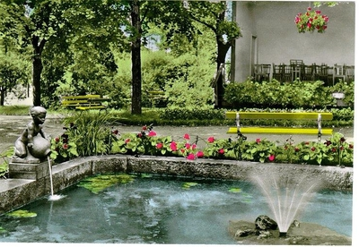 Planteringsförbundets park. Fontänen i dammen nedanför musikpaviljongen.