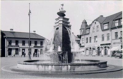Stora torget. Fontänen. Ivar Tengboms brunn, krönt av Ansgar Almquists skulptur Venus i snäckan. Den avtäcktes den 29 augusti 1931 och bekostades av Maltdrycksbolaget Falonia. Ivar Tengbom var falköpingsson.