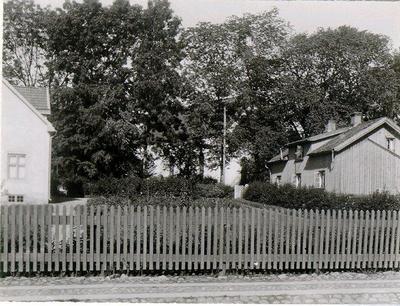 S:t Olofs kyrka och kyrkogården från Landbogatan. Bostadshusen finns inte kvar.