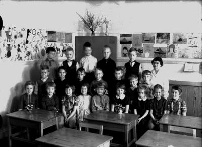 Almby Östra skola, klassrumsinteriör, 21 skolbarn med lärarinna fröken Karin Ohlsson. Klass 1af, sal 6.