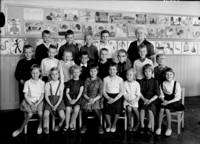 Almby Södra skola, klassrumsinteriör, 19 skolbarn med lärarinna fröken Sonja Gustafsson. Klass 1ae, sal 3.