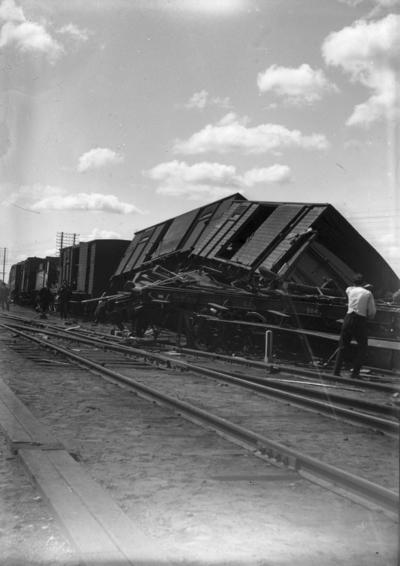 Tågolycka. Troligen urspårning vid Örebro södra i början av 1900-talet. Se även bilderna 10641, 10642, 10645, 10646.