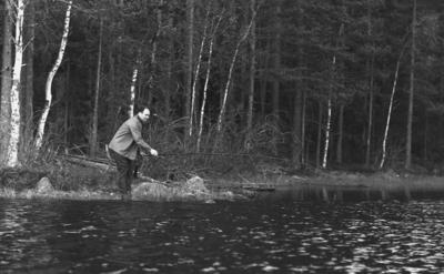 Dammsjön. En man. Ulla och Ingvar Lantz (beställare).
