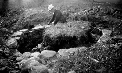 Utgrävning av varggrop med intilliggande skelettgrav juni 1934. Varggropen består av stensatt grop där väggarna kallmurats. Gropen har senare fyllts med odlingssten.