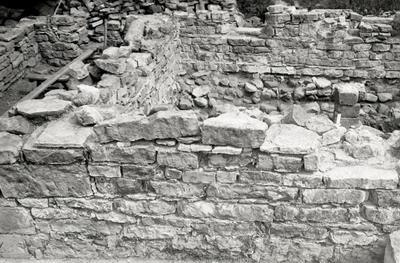 Kapitelsalens västmur, n. delen, från v. Pilen markerar n. kanten av det för valvanfang igenmurade fönstret. (jfr bild 448).