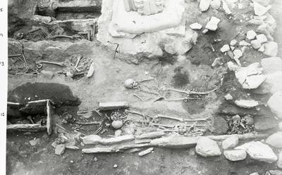 Kapitelsalen. Gravarna närmast v. och s. om mittkolonnen. Obs. ossuariet vid fotändan av grav 20. Grav 12-15, 20-21 syns.