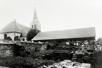 Norra längan mot sydväst med skyddstak över abedissans bostad. Gudhems kyrka syns i bakgrunden.