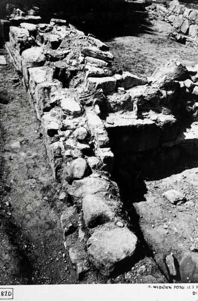 Östra huset. Sydöstra hörnet och den därtill anslutna östra mursträckningen från öster.