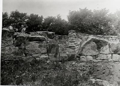 Norra korsgången, sydmurens utsida. Murparti kring östra fönstret från söder före framgrävningen av bottenskiktet.