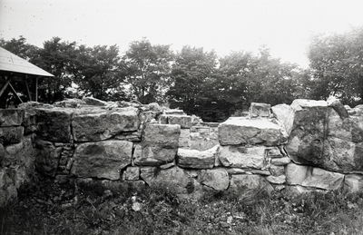 Norra korsgångens sydmur. Utsidan från södra partiet kring fönstret ovanför brunnen före framgrävningen av bottenskiktet.