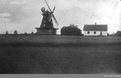 Sandåkers Väderkvarn. Envånings bostadshus till höger på bilden.