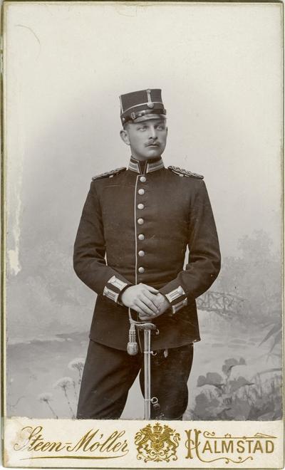Porträtt av Nils Frithjof Sandberg, underlöjtnant vid Hallands bataljon I 28. Se även AMA.0009851.
