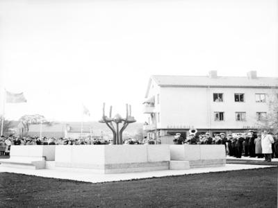 S:t Sigfridsplatsen. Invigningen av brunnen 1954, konstverk av konstnär Margot Hedemann. Brunnskar: Granit/brons. Inköpt 1933. Gåva 1962 av fotograf fru Sigrid Ericson Falköping.