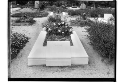 Kyrkogården, gravsten. Arkitekt M. Dahlander, Alnängsgatan 2A, Örebro.