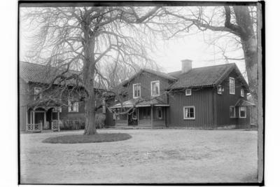 Lännäs Prästgård, en och en halvvånings bostadshus med frontespis och stor veranda och förstuga. Envånings bostadshus. Kyrkoherde A. Sandström