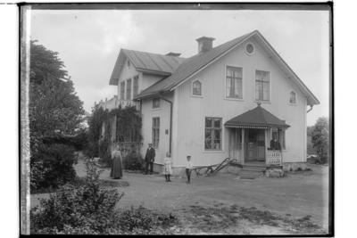 En och en halvplans bostadshus med frontespis. En veranda och balkong på framsidan. En veranda på höger sida vid köksingången, 5 personer. Karl Gärling