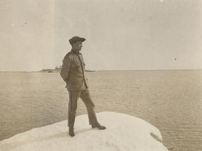 Porträtt av soldat stående på stranden.
