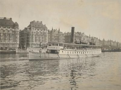 Båten Vaxholm II anländer till kajen i Nybroplan.