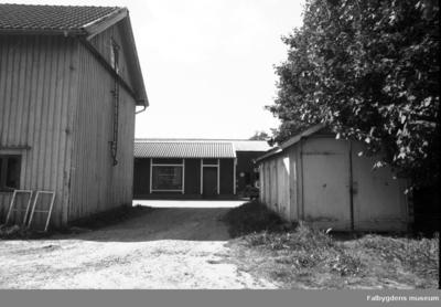 Fotodokumentation, föranledd av rivningsbeslut. Utfart från gården mot Flygares gränd - garagebyggnad till höger