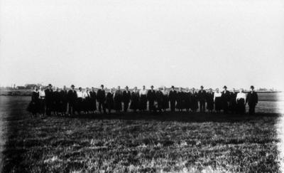 EFS-medlemmarna 1921. Gården i bakgrunden är