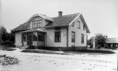 Systrarna Bengtssons hus i Floby, hus nr 22. Här fanns bageri och café som drevs av systrarna Sofia, Augusta, Hulda och Sofias dotter Tekla. Huset revs 1936 och byggdes upp igen på Bosgården i Göteve. På denna plats byggdes ett nytt hus som blev Floby poststation.