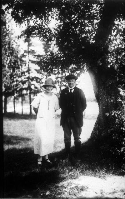 Vigert och Ester Larsson, Gullberg. Vigert var cykelreparatör på Gulberg men flyttade verkstaden in till byn.