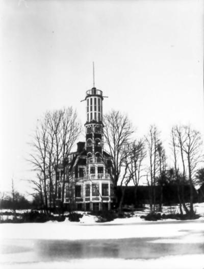 Gullåkra. Huset uppfört 1907-08 av kapten Erik Stenholm. Huset ritat av Emil Johansson, Lund Trevattna. Byggmästare Ivar Göthe. 11/11 1935 brann huset ner till grunden.
