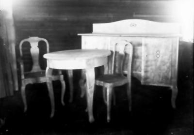 Möbler tillverkade i Floby, antingen av Sandström på Eklundagatan eller Robert Karlsson på Hässbergsgatan.