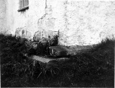 Gravsten i muren, Vårkumla kyrka.